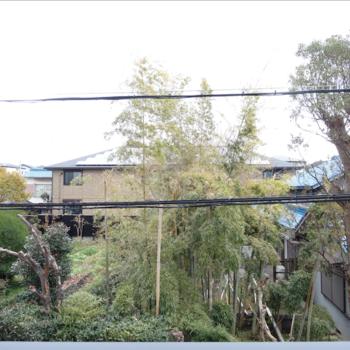 住宅街の中にありますが、正面はお庭なので開放感あり。※写真は同間取り別部屋のものです。
