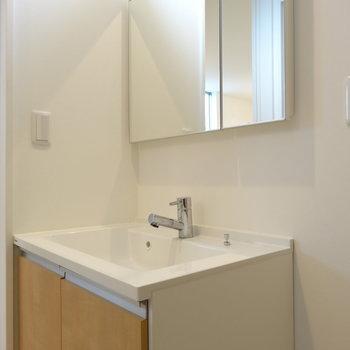 洗面台もシンプルナチュラル※写真は同間取り別部屋のものです。