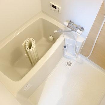 お風呂は追い炊き&浴室乾燥つき※写真は同間取り別部屋のものです。