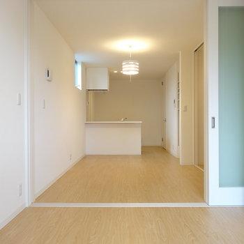寝室はダブルベッドも置けるサイズかな※写真は同間取り別部屋のものです。