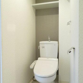 トイレは落ち着いた空間※写真は同間取り別部屋のものです。