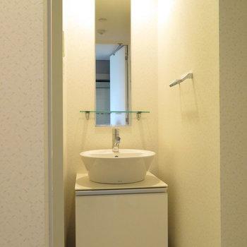 細長い鏡の洗面台※写真は同間取り別部屋のものです。