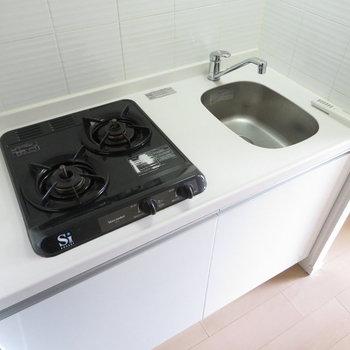 2口コンロのシステムキッチンです※写真は同間取り別部屋のものです。