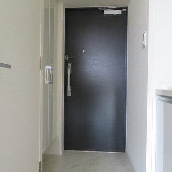 玄関も大きめですね※写真は同間取り別部屋のものです。