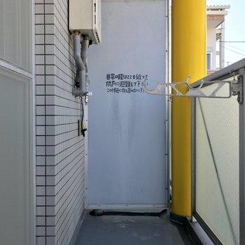 洗濯機置場はバルコニーの奥。
