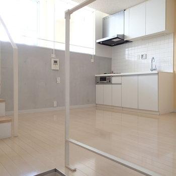 こちらは1階部分。キッチンとダイニングのスペース ※写真は1階の反転間取り別部屋のものです。