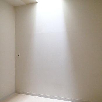 こちらは半地下のお部屋。光が美しい。 ※写真は1階の反転間取り別部屋のものです。