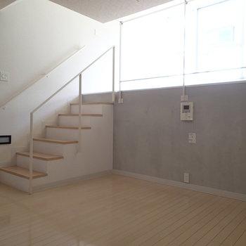 ダイニングテーブルも置けそうな広さ。 ※写真は1階の反転間取り別部屋のものです。