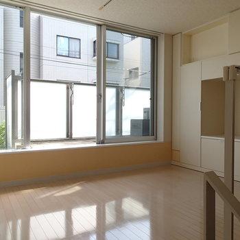 1.5階はこちら!南向きで明るいですよ〜 ※写真は1階の反転間取り別部屋のものです。