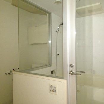 お風呂はガラス張り! ※写真は1階の反転間取り別部屋のものです。