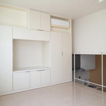テレビ台兼収納もあります。 ※写真は1階の反転間取り別部屋のものです。
