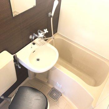 3点ユニットのバスルーム。お風呂はシックな印象。