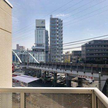 こちらがバルコニーの眺望。電車はよく見えますが、左右のお隣さんは全く見えないんです!