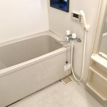 バスルームに窓が付いてます♬※写真は1階の反転間取り別部屋のものです