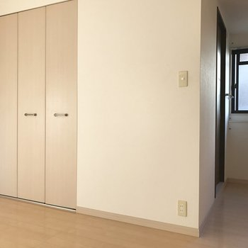 ベージュの扉が優しいね。※写真は1階の反転間取り別部屋のものです