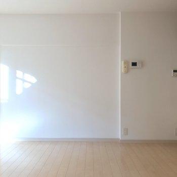 こちらの壁には寄せて家具が置きやすい!※写真は1階の反転間取り別部屋のものです