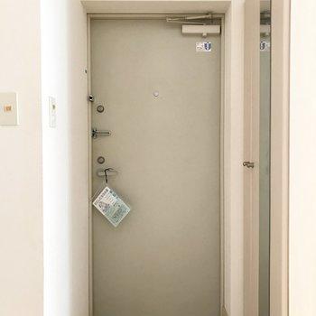 シューズBOXについている鏡で身だしなみ最終確認!※写真は1階の反転間取り別部屋のものです