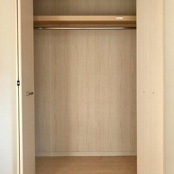一番広い収納です。畳みづらいアウターの数が増えても大丈夫◎※写真は1階の反転間取り別部屋のものです