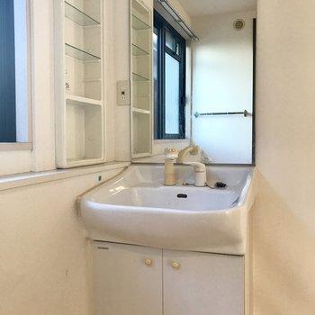 階段上がってすぐの所に洗面台。※写真は1階の反転間取り別部屋のものです