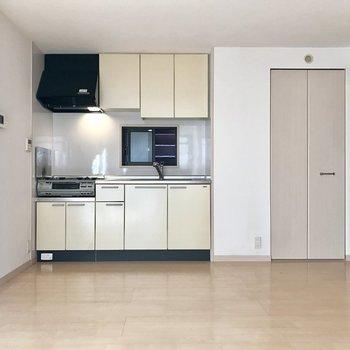 LDK部分はなかなか広い!右の焦げ茶の扉の奥はトイレ。※写真は1階の反転間取り別部屋のものです