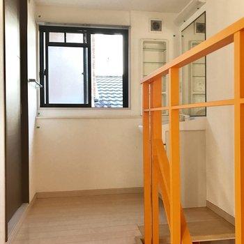 脱衣所入り口部分にも窓が付いてます◎※写真は1階の反転間取り別部屋のものです