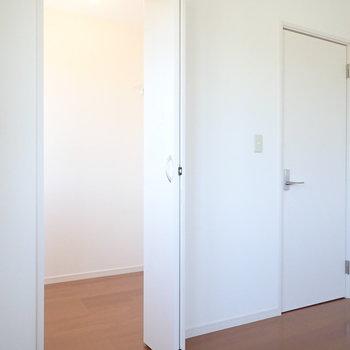 【洋室7帖】扉の奥はウォークインクローゼット。