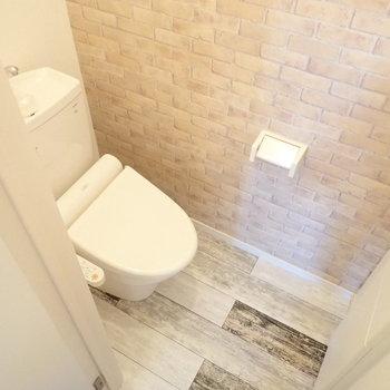 床と壁にアクセントのあるトイレ。