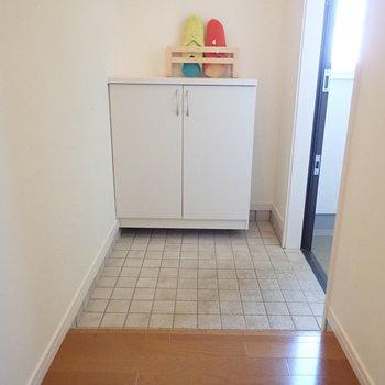 ゆったりとした玄関にはディスプレイスペースもあります。 ※家具はサンプルです