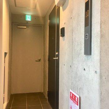 共用廊下。エレベーター出てすぐのお部屋です。