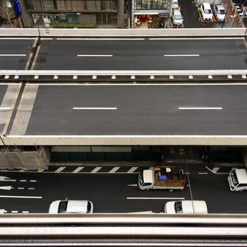 室内の窓の下をぐいっと下を見ると道路。