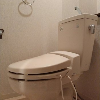 ウォシュレット付きのトイレ!後ろには棚があります◎