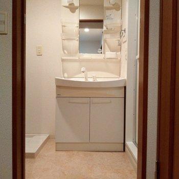脱衣所も広々!洗面台の横に洗濯機置場!