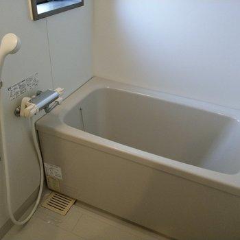 お風呂にも窓があって換気できます♬
