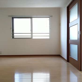 こちら6帖の洋室!角部屋なのでこちらにも窓が!
