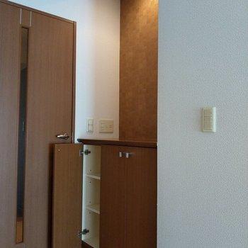 廊下へ続く扉の前にはこんな収納スペースが!ダウンライトが映える〜!