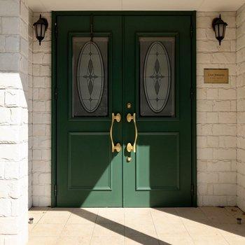 特徴的な緑色のドア。