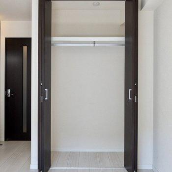 1人暮らしには十分な広さですね。ドアの開閉を考えたインテリアの配置をしましょう!※写真はクリーニング前のものです