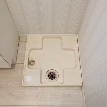 洗面台の横には洗濯機置場。※写真はクリーニング前のものです