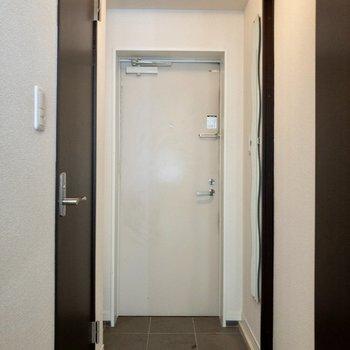 玄関はフラットタイプ。※写真はクリーニング前のものです