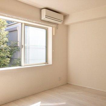 エアコンの下にはテレビを置いてもいいですね〜※写真はクリーニング前のものです
