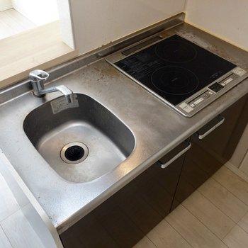 シンクが小さい分、調理スペースがあります。※写真はクリーニング前のものです