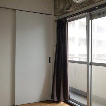 寝室にも大きな窓があります。※写真は通電前のものです・一部フラッシュを使用して撮影しています