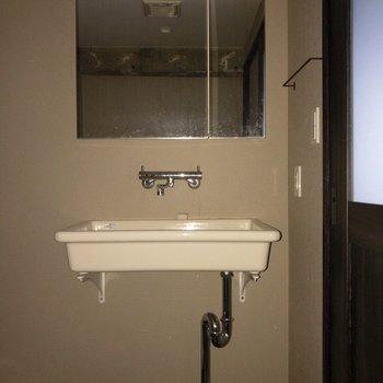 洗面台は無駄がないシンプルなデザイン。※写真は通電前のものです・一部フラッシュを使用して撮影しています