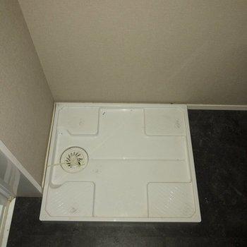 洗濯機置場は洗面台の横。※写真は通電前のものです・一部フラッシュを使用して撮影しています