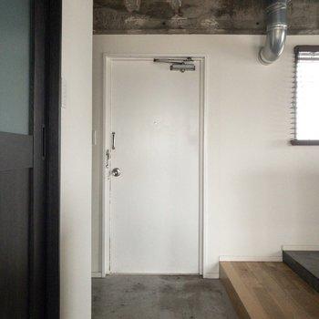 玄関はちょっと段差があります。※写真は通電前のものです・一部フラッシュを使用して撮影しています