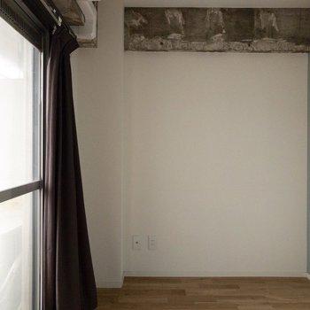 セミダブルベッドがギリギリ入る広さです。※写真は通電前のものです・一部フラッシュを使用して撮影しています