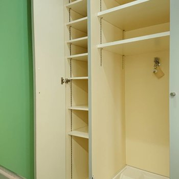 洗濯機置場もお隣にあります※写真は3階の同間取り別部屋のものです