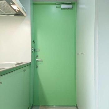 玄関とキッチン近いですね※写真は3階の同間取り別部屋のものです