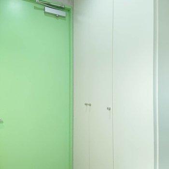 シューズボックスは玄関向かって右※写真は3階の同間取り別部屋のものです