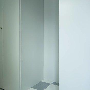 キッチン後ろに冷蔵庫がおけます※写真は3階の同間取り別部屋のものです